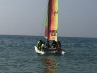 Chicos paseando en el catamaran