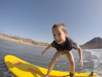Peque aprendiendo a surfear