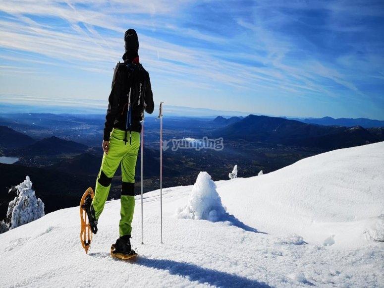 Hombre en ruta con raquetas de nieve