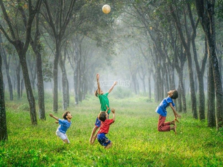 Niños jugando al balón