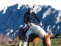 男子在山上骑马