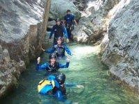En fila cruzando las aguas del barranco