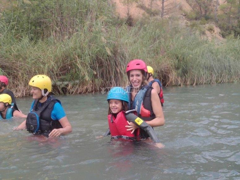 Nell'acqua preparata per il rafting in Cabriel