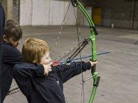 Niño tirando una flecha