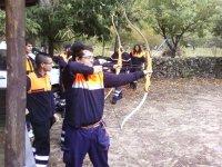 Policias practicando tiro con arco