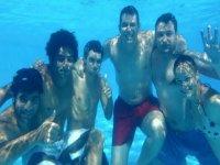 Bajo el agua de la piscina
