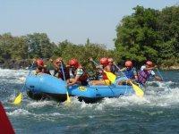 Balsa de rafting en aguas bravas