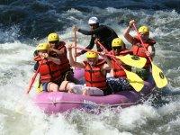 Monitor de rafting con el grupo en la balsa
