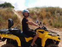 In quad pilot con un casco