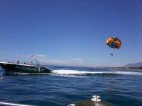 Lasciando il parapendio dopo la barca
