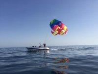 颜色滑伞准备的小船上