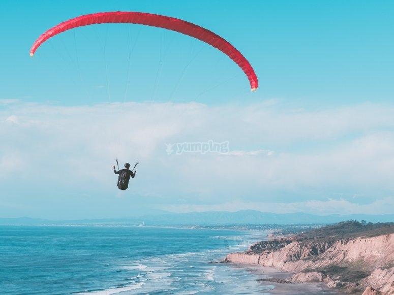 Disfruta del azul del océano en parapente