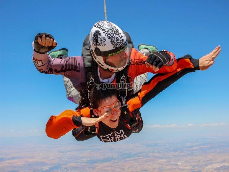Disfrutando del salto tándem en paracaídas