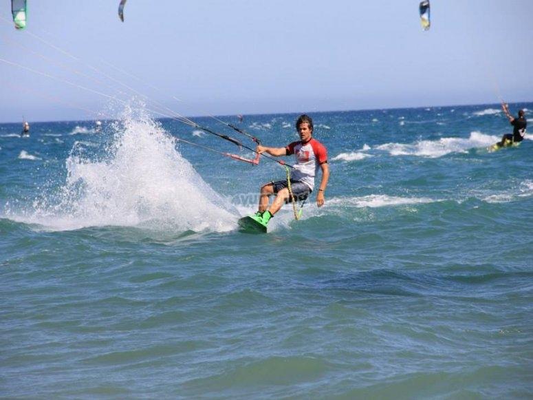 Sesion de kitesurf en