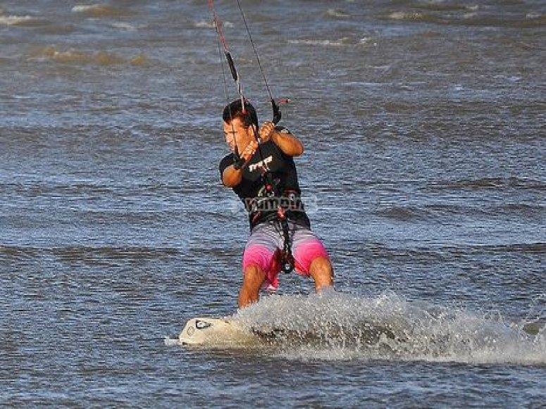 敢于在Torremolinos做一些不同的风筝冲浪活动