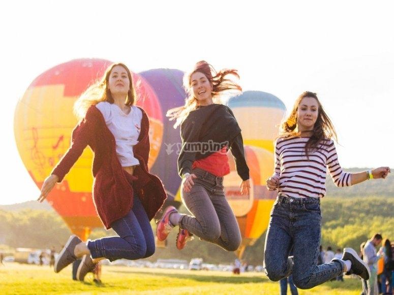 Amigas antes del vuelo en globo