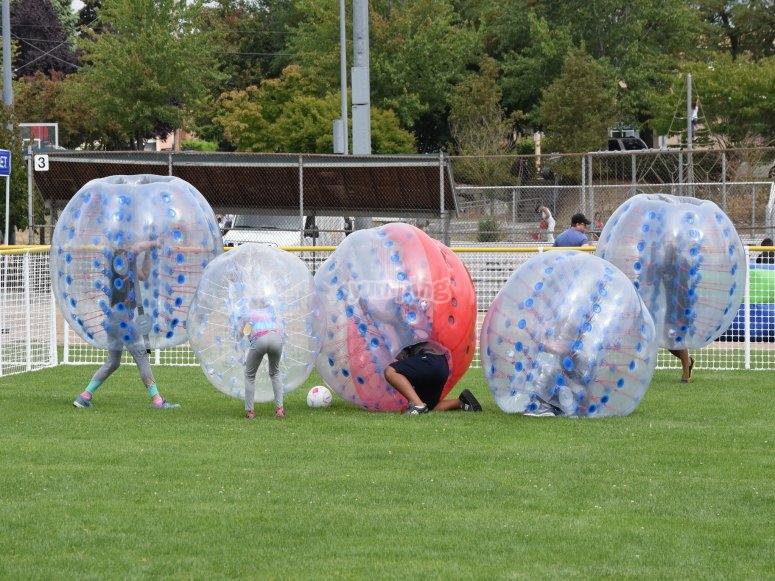 Partido de fútbol burbuja con los amigos