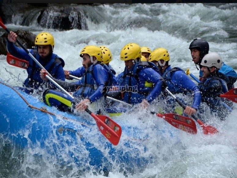 Remando en el rápido a bordo del raft