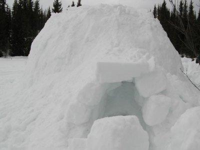 Construir un iglú en la montaña en León