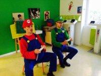 Profesores disfrazados de Mario y Luigi