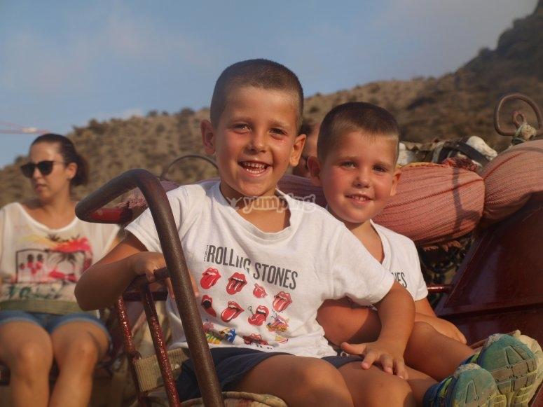 Niños subidos a camello