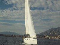 贝纳马德纳标志Nautico的租船帆船航行在公海