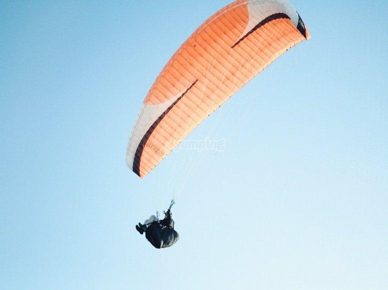 Paracaídas planeando durante el vuelo