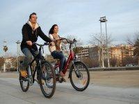 自行车和复古马帮夫妇悠闲地骑自行车的自行车