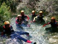 En el agua con neopreno para la actividad
