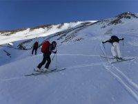 的山坡上滑雪者在山上滑雪