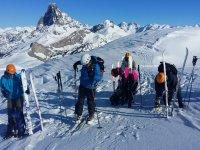 Esquiadores preparando el equipo