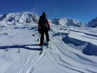 在与滑雪的道路穷乡僻壤滑雪者