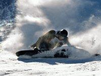Levantando la nieve con la tabla