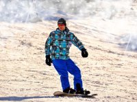 蓝色格子外套滑雪板向下
