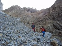 Bajando por la ladera con bastones