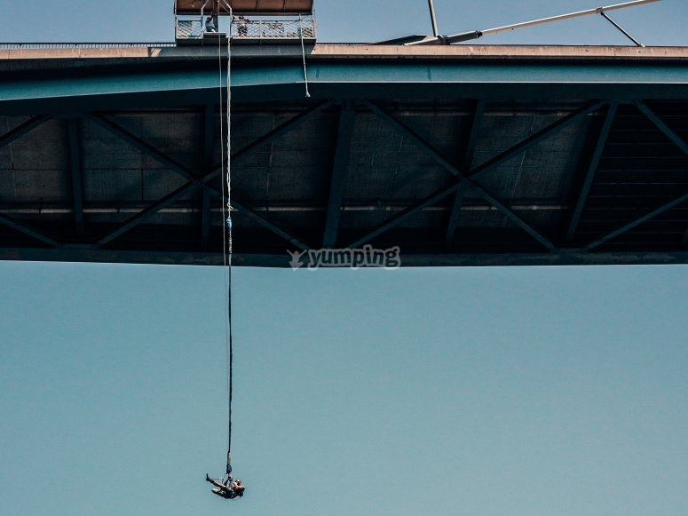 Suspendido del  puente