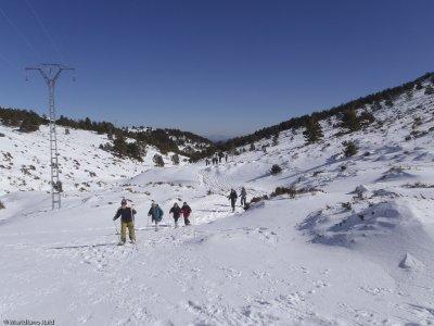 在PuertodeNavafría的雪鞋行走和野餐