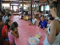 Clase de cocina en el campamento de Negreira