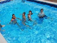 En la piscina del campamento de Negreira