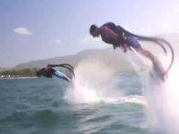 2 personas saltando con los flyboards