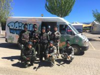 Soldados de paintball con su transporte