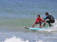 索莫Surf Camp的儿童Cantabra冲浪学校冲浪夫妇