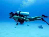 Immersione subacquea sul fondo della sabbia