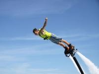 Flyboard con los brazos abiertos