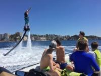 Haciendo flyboard junto al grupo en el barco