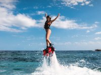 Saliendo del agua con la tabla de flyboard