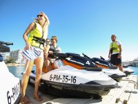 A punto de subir en las motos nauticas