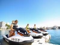 Preparandose en las motos de agua en el puerto mallorquin