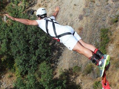 ¿Se puede saltar en puenting con problemas de espalda?