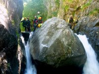 Sur le point de descendre à travers une cascade